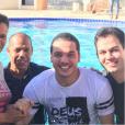 Wesley Safadão posa com a pastora e amigos após ser batizado
