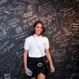 Bruna Marquezine escolheu um look casual, com blusa polo e tênis para o show