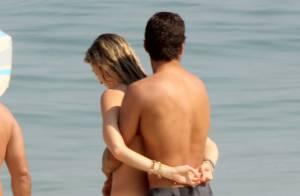 Luana Piovani namora o marido, Pedro Scooby, em dia de praia no Rio