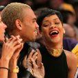 Na foto, Chris Brown usou um emoji com um par de olhos para o look decotado e supercavado de Rihanna