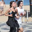 Gabriel Leone pratica corrida com a namorada, Carla Salle, na orla da praia do Leblon, Zona Sul do Rio de Janeiro, na manhã desta terça-feira, 08 de agosto de 2017