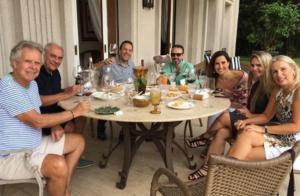 Marcelo Rezende, em tratamento contra o câncer, almoça com namorada e amigos