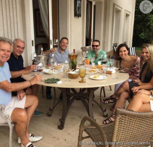 Marcelo Rezende e a namorada, Luciana Lacerda, almoçaram com amigos nesta terça-feira, 8 de agosto de 2017