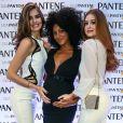 Camila Queiroz e Marina Ruy Barbosa tietaram a barriga de grávida de Sheron Menezzes na inauguração da Casa Pantene, em São Paulo, nesta quarta-feira, 9 de agosto de 2017