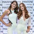 Camila Queiroz e Marina Ruy Barbosa apostaram em jumpsuits brancos para participar da inauguração da Casa Pantene, em São Paulo, nesta quarta-feira, 9 de agosto de 2017