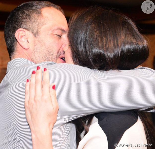 Malvino Salvador ganha beijão da mulher, Kyra Gracie, em pré-estreiano teatro