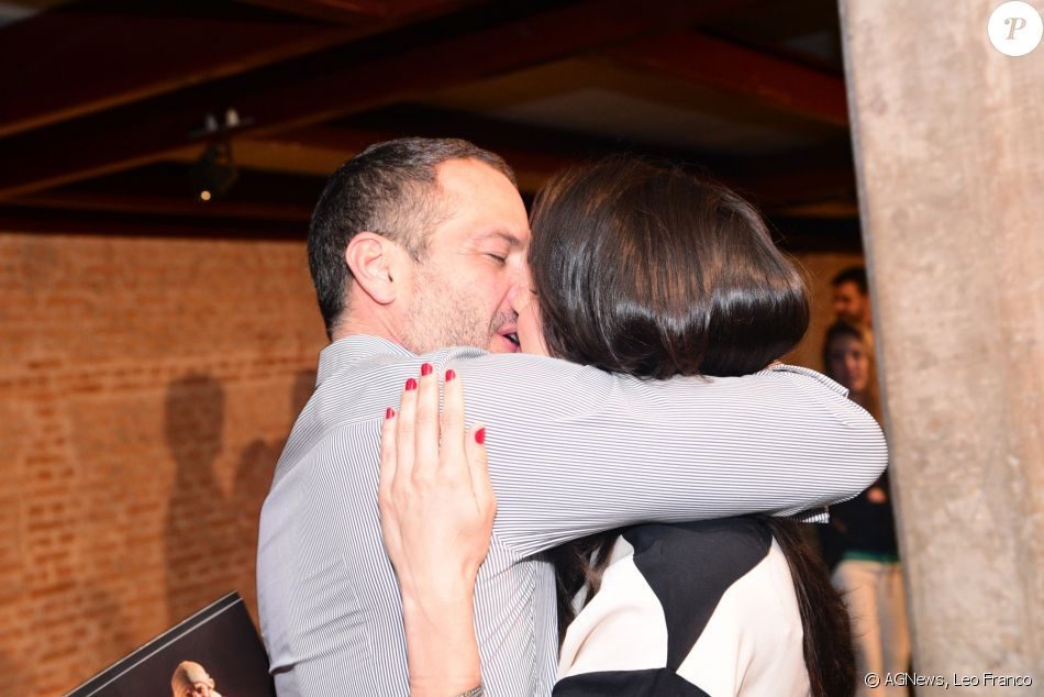 Malvino Salvador ganha beijão da mulher,  Kyra Gracie, em pré-estreia no teatro