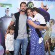 Juliana Paes levou o marido,  Carlos Eduardo Baptista, e os filhos, Pedro e Antonio, para assistirem à pré-estreia do filme de animação 'Uma Família Feliz'