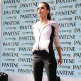 Camila Queiroz colocou os exercícios em dia com um treino funcional na Casa Pantene, em São Paulo, neste domingo, 13 de agosto de 2017