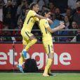 Neymar comemora gol ao lado de companheiro de equipe em jogo contra o Guingamp