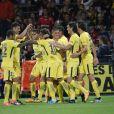 Neymar comemora gol com companheiros de equipe em sua estreia pelo PSG