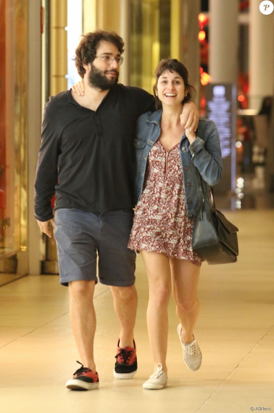 Humberto Carrão curte passeio abraçado à namorada, Chandelly Braz, no shopping Village Mall, na Barra da Tijuca, Zona Oeste do Rio de Janeiro, na noite deste domingo, 13 de agosto de 2017
