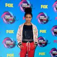 Yara Shahidi usou jaqueta e calça  Fear of God  no Teen Choice Awards, realizado no Galen Center, em Los Angeles, neste domingo, 13 de agosto de 2017