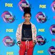 Yara Shahidi usou jaqueta e calça Fear of God  no Teen Choice Awards, realizado no Galen Center, em Los Angeles, neste domingo, 13 de agosto de 2017