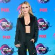 A cantora Zara Larsson deixou a barriga à mostra com conjunto Fendi  no Teen Choice Awards, realizado no Galen Center, em Los Angeles, neste domingo, 13 de agosto de 2017