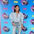 A cantora  Naya Rivera apostou no jeans com camisa Marques' Almeidae calça  no Teen Choice Awards, realizado no Galen Center, em Los Angeles, neste domingo, 13 de agosto de 2017