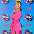 A cantora Rita Ora apostou na poderosa dupla de fenda e decote para o Teen Choice Awards, realizado no Galen Center, em Los Angeles, neste domingo, 13 de agosto de 2017