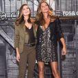 Gisele Bündchen e Camila Queiroz se encontraram no lançamento da nova coleção da Rosa Chá, em São Paulo, na quarta-feira, 16 de agosto de 2017