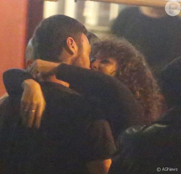 Emílio Dantas e a namorada, Fabiula Nascimento, trocaram beijos em barzinho na noite desta quinta-feira, 18 de agosto de 2017