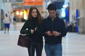 Marina Ruy Barbosa posa com fãs ao passar por aeroporto com Xandinho Negrão