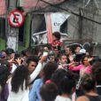 Anitta é cercada por moradores do Vidigal