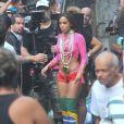 Anitta usou botas over knee com a bandeira do Brasil no clipe gravado no Vidigal