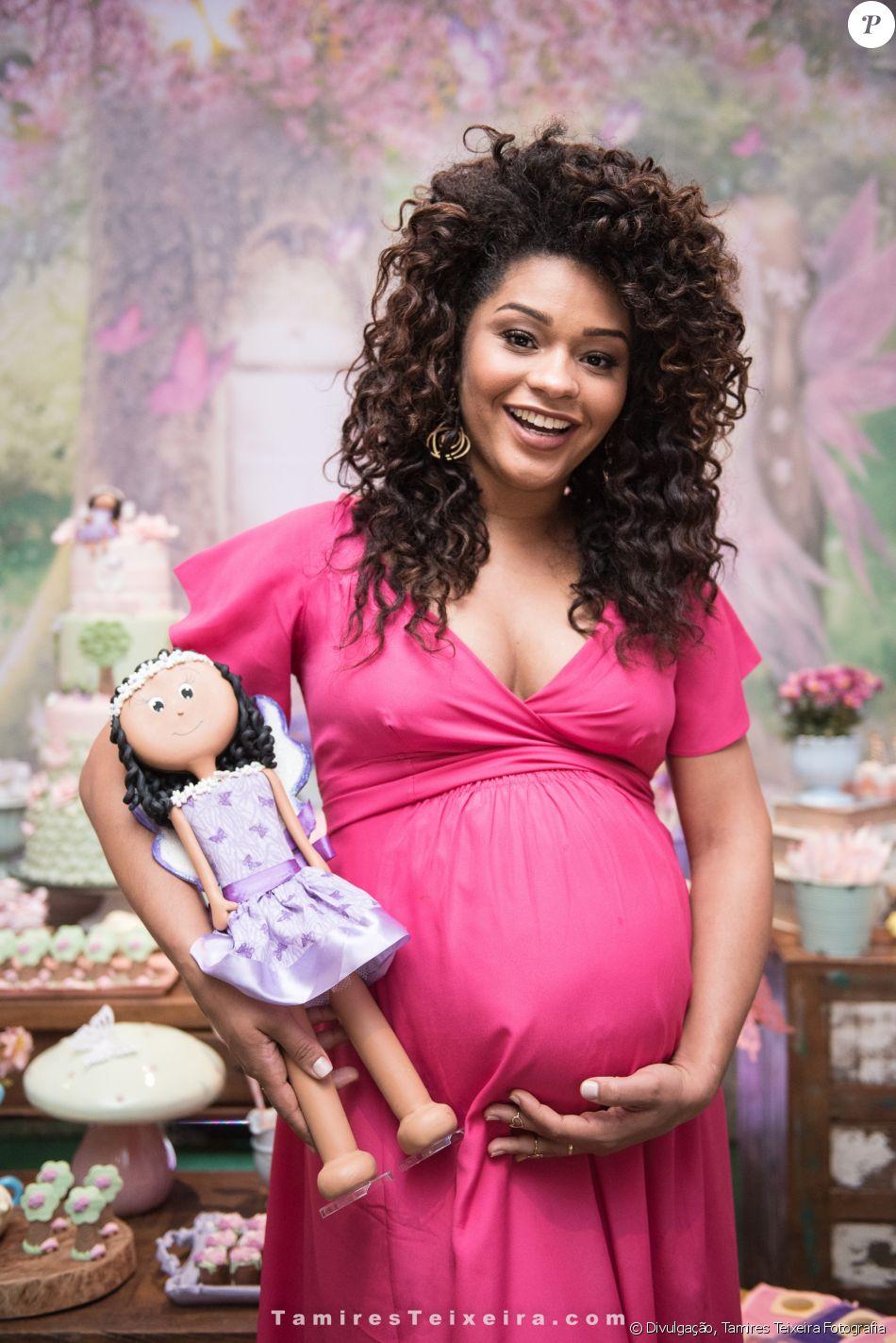 Juliana Alves posa no chá de bebê da filha, Yolanda, em 20 de agosto de 2017