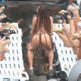 Anitta rebola usando biquíni de fita isolante