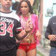 Anitta deixou os moradores do Vidigal eufóricos ao gravar pelas ruas da comunidade