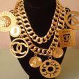 Dentre os colares usados por Anitta, está uma peça Chanel que pode ser encontrada na internet  por $ 2.317, o equivalente a R$ 7.288