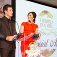 Claudia Raia e Carlos Casagrande foram os mestres de cerimônia de um evento beneficente que leiloou ovos pintados por artistas