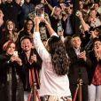 Michele, campeã da 4° temporada do 'MasterChef', comemora com o público, na noite desta terça-feira, 22 de agosto de 2017