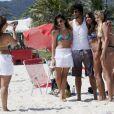 Jesus Luz, o Ronaldo de 'Guerra dos Sexos', posa com as fãs na praia