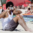 Jesus Luz brinca tirando fotos do paparazzo na praia