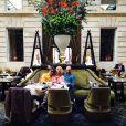 Acompanhda, Letícia Spiller posa em hotel francês em café da manhã: 'Com meus amigos'