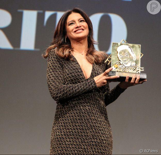 Dira Paes foi homenageada com o troféu Oscarito na cidade da Serra do Rio Grande do Sul na noite desta sexta-feira, 25 de agosto de 2017