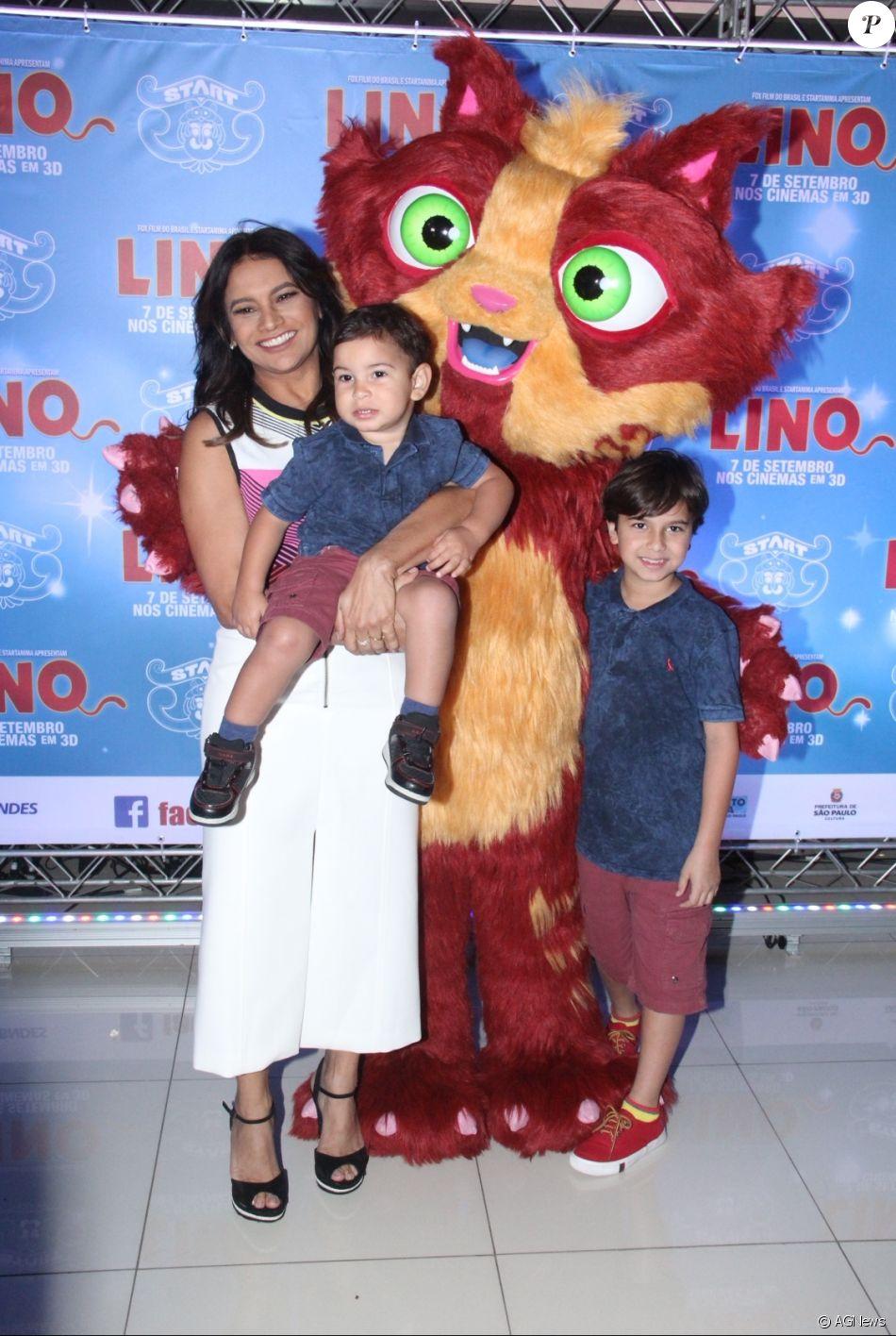 Dira Paes levou os filhos Inácio, de 9 anos, e Martim, de 1, para pré-estreia de filme no Rio de Janeiro neste domingo, 27 de agosto de 2017