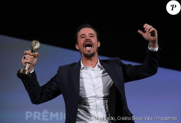 Paulo Vilhena recebe o prêmio de Melhor Ator pelo filme 'Como Nossos Pais'