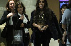 Barriga de fora, bolsa grifada e bota de salto fino: o look de Anitta no cinema