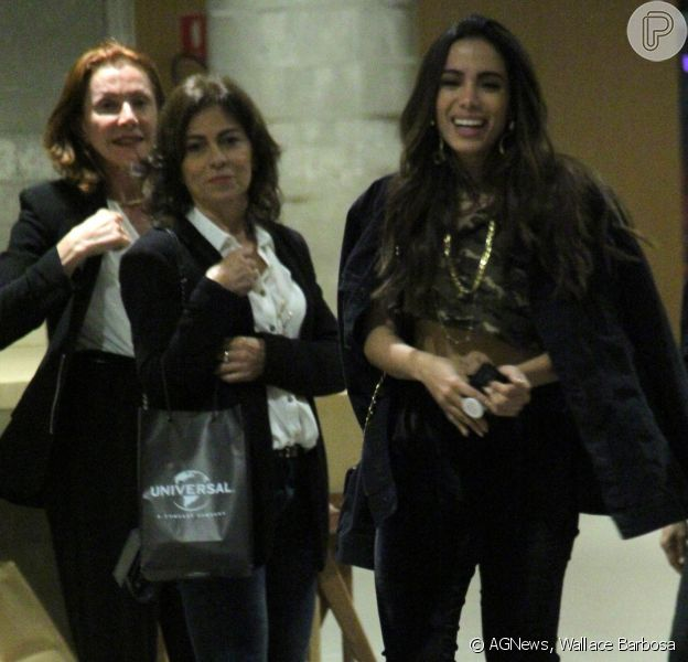 Anitta deixou a barriga à mostra ao ir ao cinema com a mãe, Mirian Macedo, na segunda-feira, 28 de agosto de 2017, no Rio de Janeiro