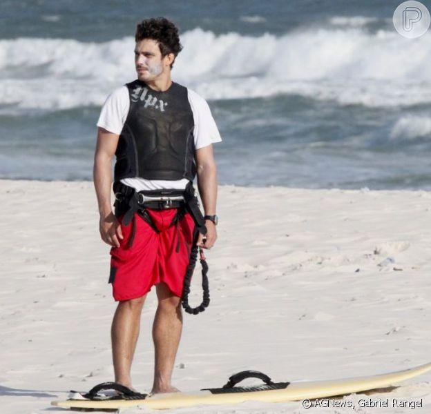Thiago Rodrigues faz a primeira aula de kitesurfe na praia da Barra da Tijuca, na zona oeste do Rio, em 23 de janeiro de 2013