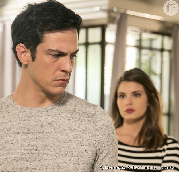 Eric (Mateus Solano) fala com Luiza (Camila Queiroz) sobre sua relação com Mirella (Marina Rigueira), na novela 'Pega Pega', em 7 de setembro de 2017