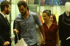 Paolla Oliveira compra sapatos com o marido, Joaquim Lopes, em shopping no Rio
