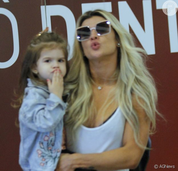 Mirella Santos passeia com filha, Valentina, de 3 anos, que manda beijos ao ver fotógrafo nesta sexta-feira, dia 01 de setembro de 2017