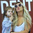 Valentina, de 3 anos, acenou para o fotógrafo no colo da mãe, Mirella Santos