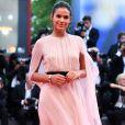 Bruna Marquezine apostou em um longo rosé Alberta Ferretti para estrear no tapete vermelho do Festival de Cinema de Veneza
