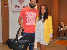 Ricardo Pereira e a mulher deixam maternidade no Rio após nascimento de Julieta