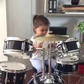 Deborah Secco filma a filha, Maria Flor, aprendendo a tocar bateria: 'Orgulho'