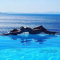 Giovanna Ewbank exibiu as curvas em uma piscina de Mykonos 935c162e3a7