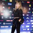 De franjinha, Alinne Moraes vestiu look  all black  com calça de paetês na pré-estreia do filme 'João, o Maestro', em São Paulo, em 7 de agosto de 2017
